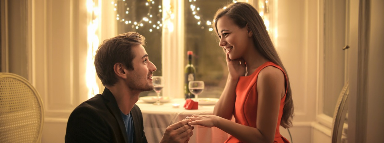 http://www.hadettosi.it/wp-content/uploads/2019/05/handsome-man-proposing-a-beautiful-woman-to-marry-him-picture-id859456116.jpg