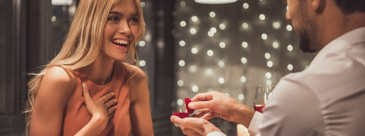 http://www.hadettosi.it/wp-content/uploads/2019/05/man-proposing-in-restaurant-picture-id871874032.jpg